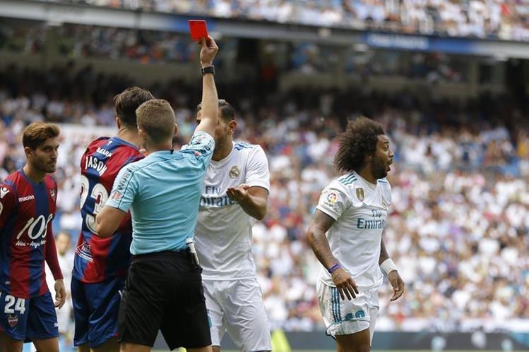 Marcelo se sorprendió al momento de ser expulsado en el encuentro frente al Levante. (Foto Prensa Libre: AP)