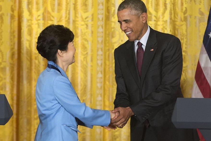 El presidente Barack Obama saluda a su homóloga surcoreana Park Geun-Hye en la Casa Blanca. (Foto Prensa Libre: AP).