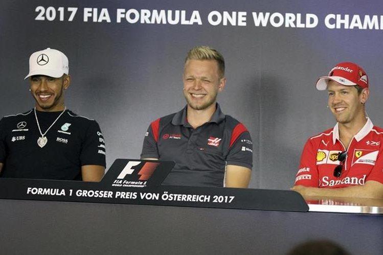 Lewis Hamilton, Kevin Magnussen y Sebastian Vettel durante la conferencia de prensa previa al GP de Austria. (Foto Prensa Libre: AFP)