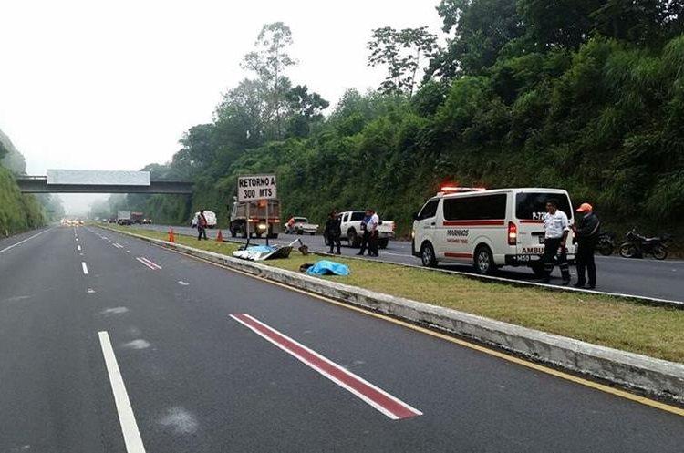 El asfalto mojado y la excesiva velocidad pudieron ser las causas del percance. (Foto Prensa Libre: Enrique Paredes).