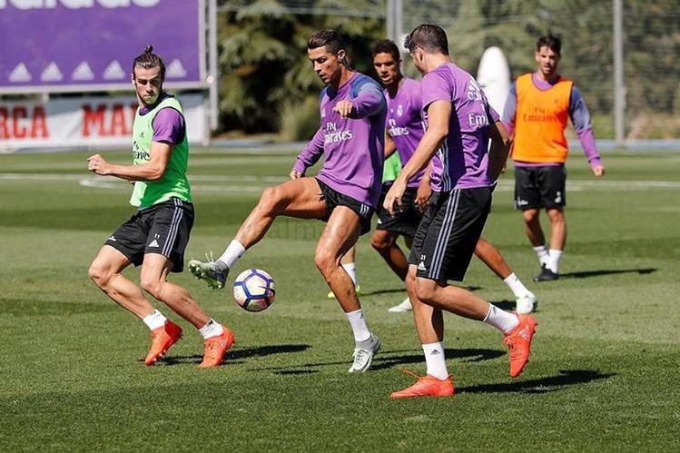Cristiano Ronaldo y Gareth Bale durante el entrenamiento del Real Madrid de este lunes. (Foto Prensa Libre: Real Madrid)