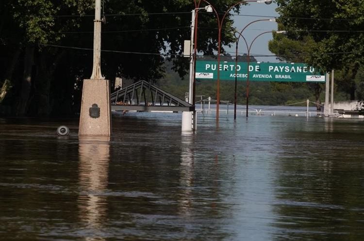 View of a harbor access during floods in Paysandú, 380 km northwest of Montevideo, on December 26, 2015. More than 170,000 people have been driven from their homes in Paraguay, Argentina, Brazil and Uruguay in some of the worst floods in decades, which have left at least six people dead up to now.    AFP PHOTO / EL TELEGRAFO - MILTON CABRERA