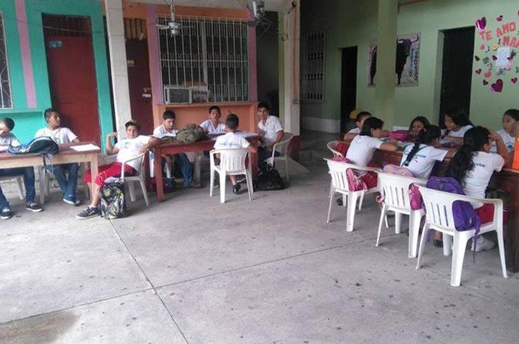 Estudiantes de Boris Martínez Tobar estudian en un corredor de la supervisión educativa de Los Amates, Izabal. (Foto tomada de Facebook)