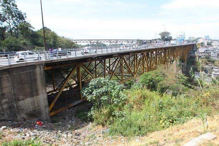 La Conred realizó una evaluación al puente Belice para determina como está su estado. (Foto Prensa Libre: Álvaro Interiano)