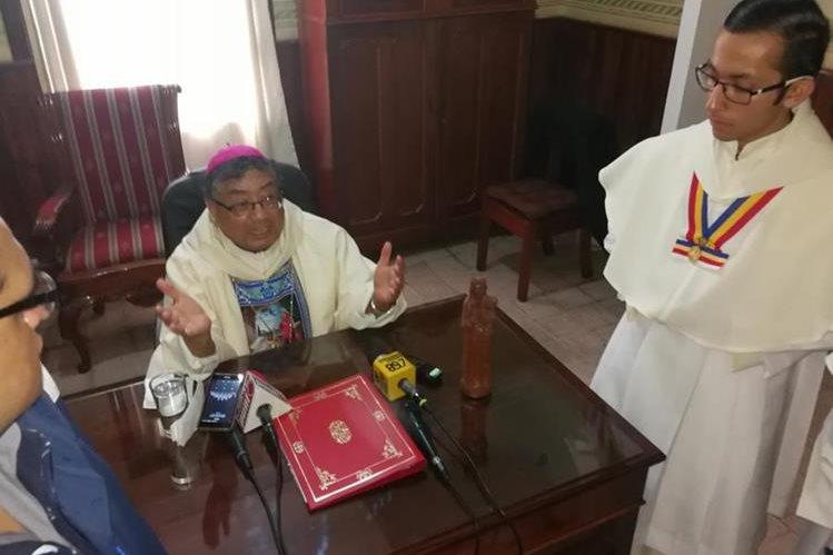 Oscar Julio Vian, arzobispo metropolitano, durante la rueda de prensa después de la misa dominical en la Basílica de Nuestra Señora del Rosario. (Foto Prensa Libre: Geovanni Contreras)