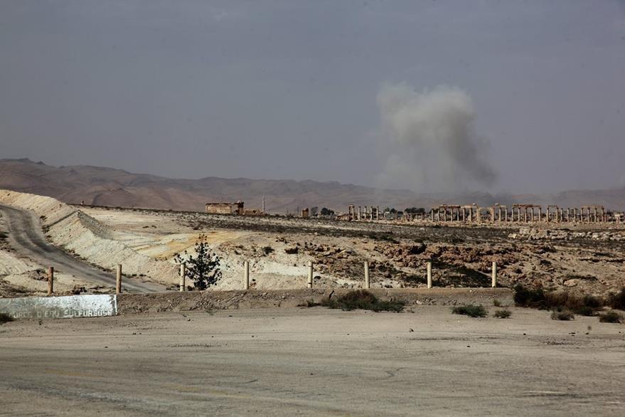 Columnas de humo se observan luego de que un misil sirio cayera en posiciones enemigas durante combates de este jueves.(Foto Prensa Libre: EFE).
