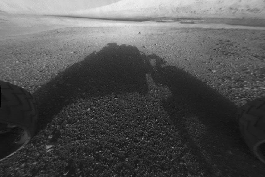 """Puede que no sea muy atractiva pero es, sin lugar a dudas, de un inmenso valor histórico para la comunidad científica. Se trata de la primera imágen del suelo de Marte que envió el robot no tripulado """"Curiosity"""", el 6 de agosto del 2012. (Foto Prensa Libre: Hemeroteca PL)."""