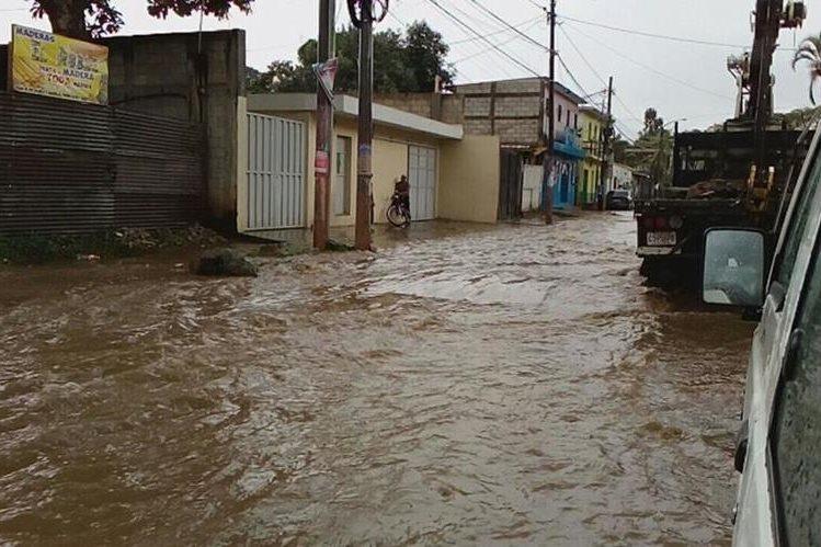 Calles inundadas en San Miguel Petapa, debido a la fuerte lluvia. (Foto Prensa Libre: cortesía Dalia Santos)
