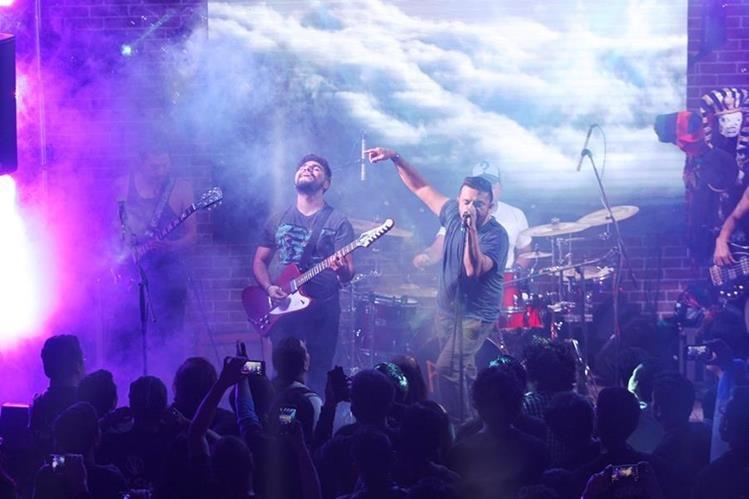 Viernes Verde interpretó la canción Abrazar la niebla junto al fan Hugo Flores. (Foto Prensa Libre: Keneth Cruz)
