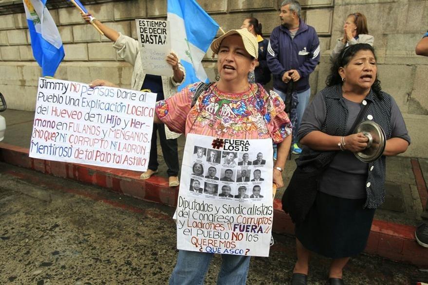 Un grupo de manfestantes protesta en contra del presidente Jimmy Morales y diputados señalados de corrupción. (Foto Prensa Libre: Paulo Raquec)