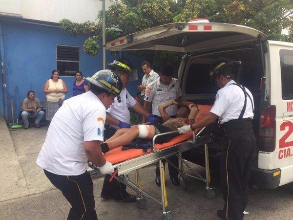 Edwin Ismael Méndez ingresa al hospital Roosevelt, fue vapuleado por vecinos señalado de cobrar extorsión. (Foto Prensa Libre: Twitter)