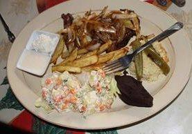 <p>Tepezcuintle encebollado con papas fritas, ensalada rusa y frijol, servido  en Petén (Foto Prensa Libre: Walfredo Obando).</p>