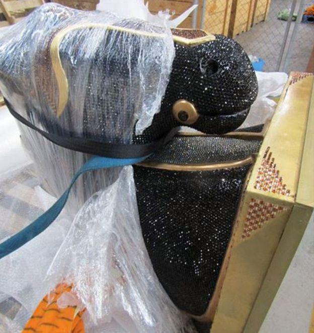 La estatua de 400 kilos fue transportada en un embalaje por avión. AFP