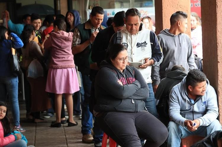 Largas filas de personas se pueden observar todos los días en la sede de Migración. (Foto: Estuardo Paredes)