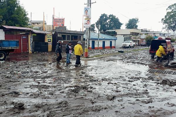 Lluvia hace colapsar tragantes y drenajes en la calzada Ciriaco Soto, zona 3 de San Pedro Sacatepéquez, San Marcos. (Foto Prensa Libre: Genner Guzmán)