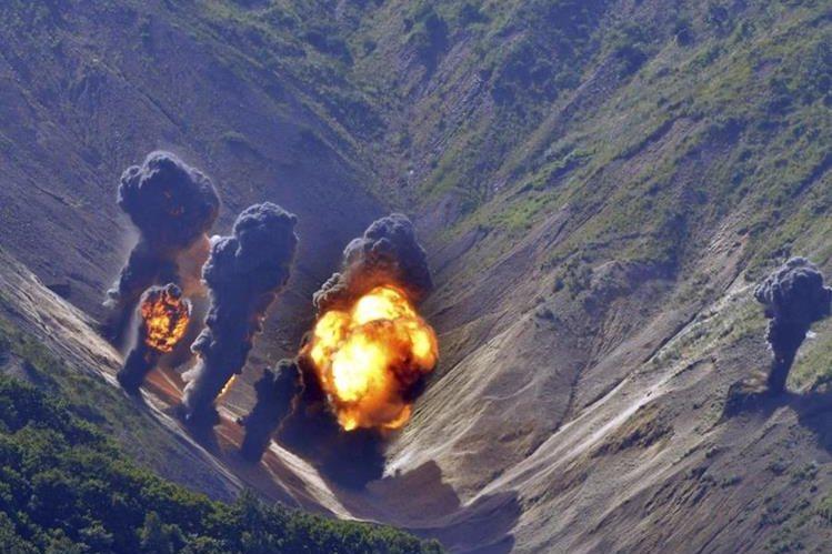 Ejercicios militares estadounidenses con municiones reales remecen los cerros de Corea del Sur. (Foto Prensa Libre: EFE)
