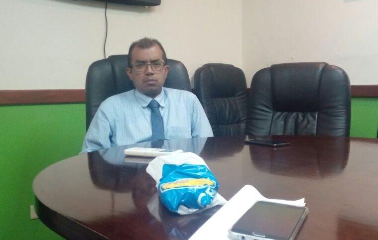 Luis Melgar, asesor jurídico de la UNE, recibió este jueves a representantes de los vecinos de la zona 6. (Foto Prensa Libre: Cortesía)