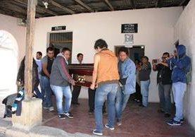 Familiares de Francisco Javier Velásquez González trasladan el cuerpo a San Bartolomé Becerra, Antigua Guatemala, donde será velado e inhumado. (Foto Prensa Libre: Renato Melgar)
