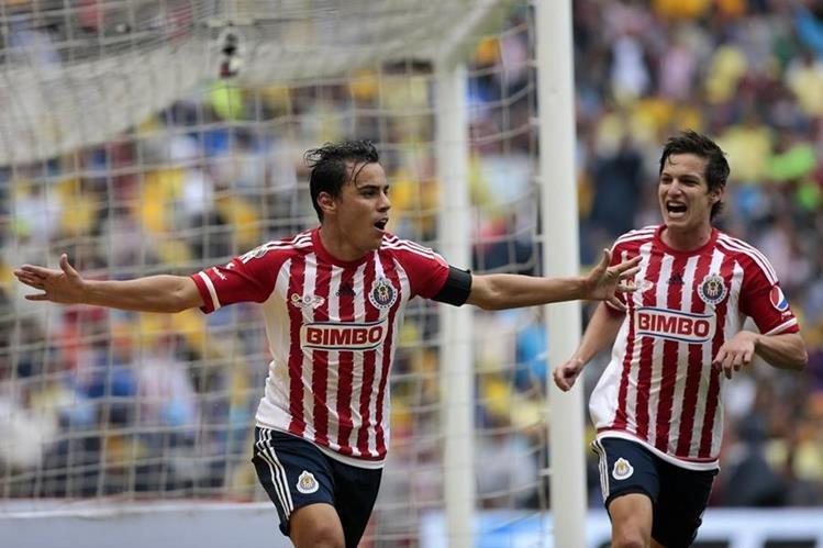 El jugador de Chivas Omar Bravo celebra su segunda anotación ante el América. (Foto Prensa Libre: EFE)