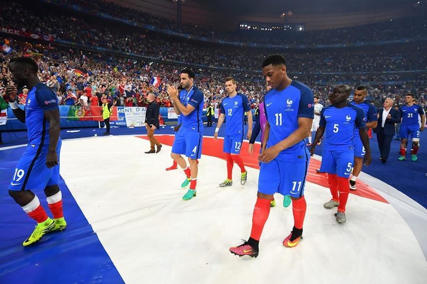 Kanté no pudo levantar la copa de campeón en la Euro. (Foto Prensa Libre: AFP)