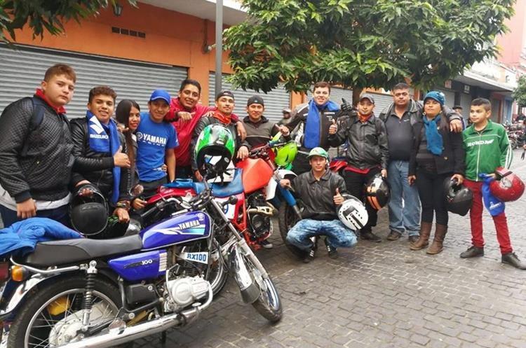 Grupos de amigos van en caravana.(Foto Prensa Libre: Paulo Raquec)