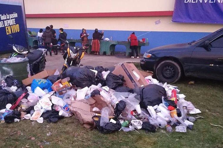 Parte de los desechos que se generaron durante la feria. (Foto Prensa Libre: Fred Rivera).