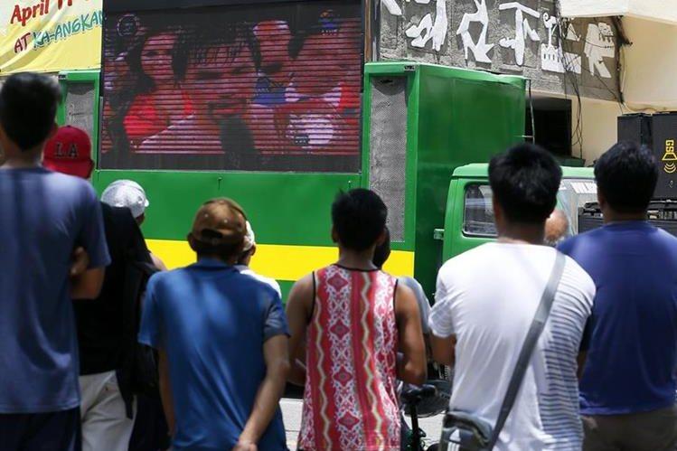 Cientos de filipinos siguieron de cerca la pelea de Pacquiao en las calles de su ciudad. (Foto Prensa Libre: AP)