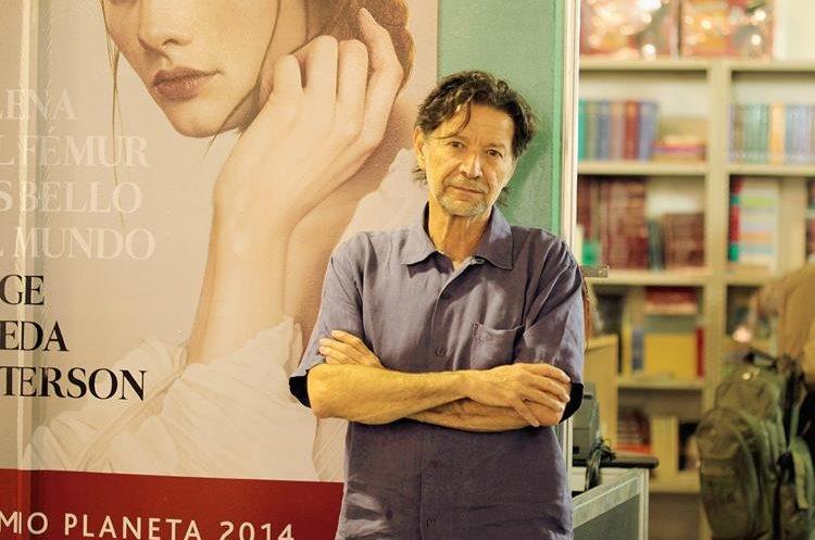 Jorge Zepeda Patterson, periodista mexicano, habla de la trata de personas en su novela Milena o el fémur más bello del mundo. (Foto Prensa Libre: Ángel Elías)