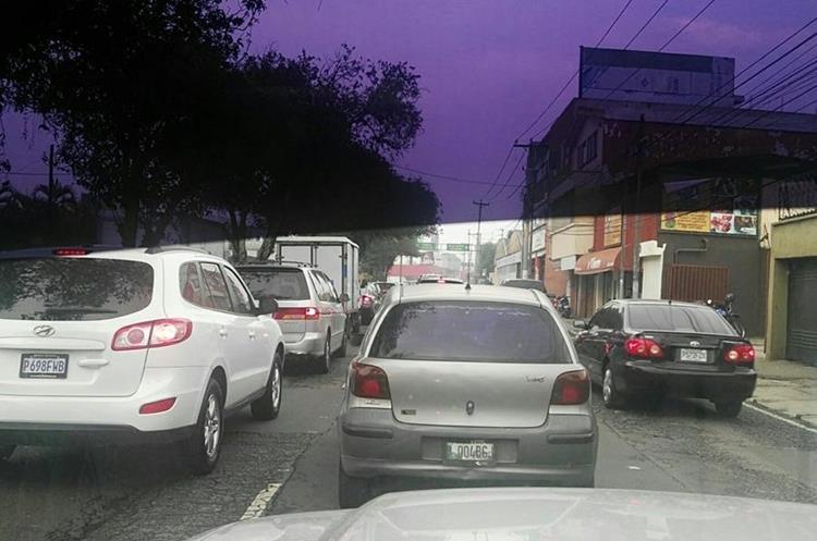 La lluvia dejó calles congestionadas en varias zonas. Foto Prensa Libre:@BarillasWalde.