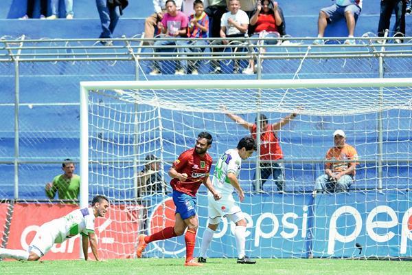 Carlos Ruiz volvió a ser desequilibrante en favor de Municipal y hoy anotó ante la Antigua. (Foto Prensa Libre:Francisco Sánchez)