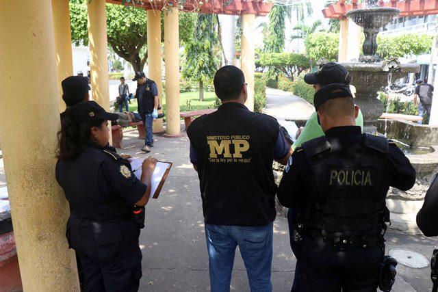 Fiscales del Ministerio Público inspeccionan escena en que falleció hombre. (Foto Prensa Libre: Rolando Miranda)