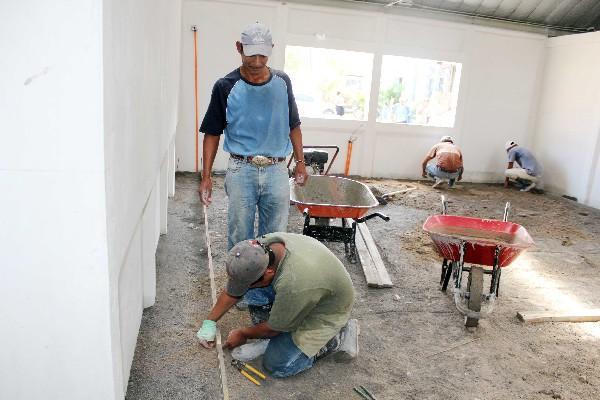 Empleados  trabajan en la construcción de clínicas, en Puerto Barrios, Izabal.