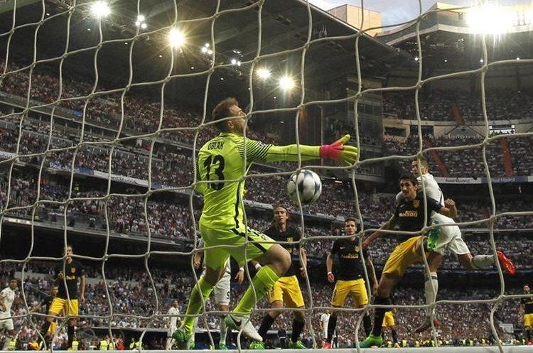 Ronaldo ha cabeceado y la pelota se dirige al fondo de la portería del Atlético.