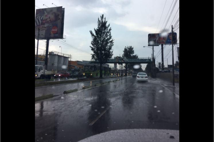 Tránsito lento en carriles hacia el sur en la Aguilar Batres. Foto Prensa Libre:@mariomar1983