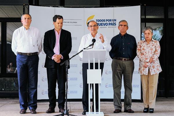 Delegación del gobierno colombiano ofrece declaraciones en La Habana. (Foto Prensa Libre: AFP