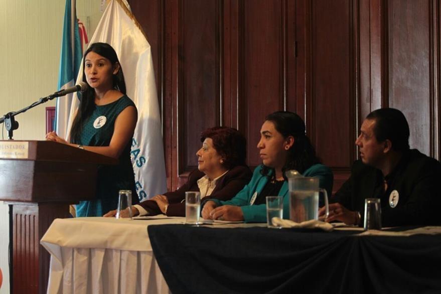 Pilar Ramírez señaló que deben diferenciarse las relaciones en las redes sociales de la vida real (Foto Prensa Libre: Erick Ávila)