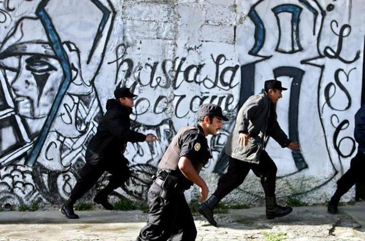 La Policía salvadoreña particia en un operativo en un barrio contra las pandillas.