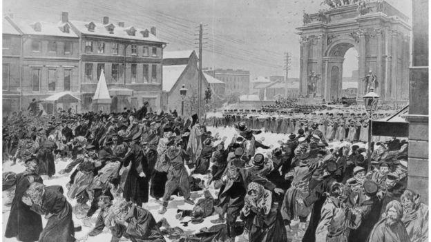 Soldados zaristas abren fuego contra trabajadores que querían presentar una propuesta al zar. HULTON ARCHIVE