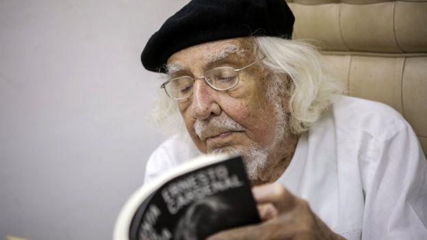 """Como ministro de Cultura del sandinismo, Ernesto Cardenal popularizó los llamados """"Talleres populares de poesía"""". AFP"""