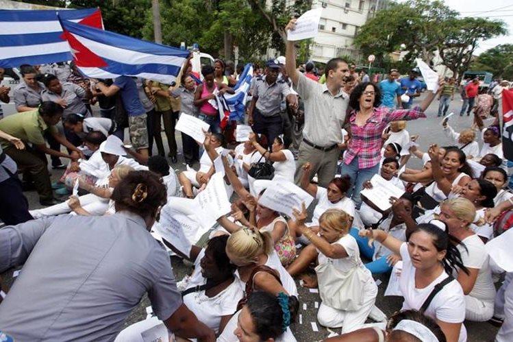 Un grupo de disidentes cubanos participa hoy en una manifestación contra el Gobierno a la que también se unieron las Damas de Blanco. (Foto Prensa Libre: EFE)