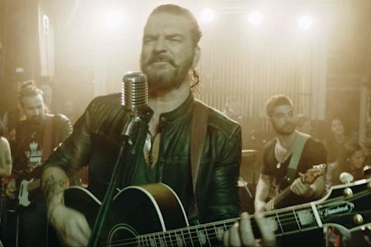 """En una de las escenas del video de la canción """"Ella"""", Ricardo Arjona, está acompañada de su guitarra y de una banda musical. (Foto Prensa Libre: Metamorfosis)"""