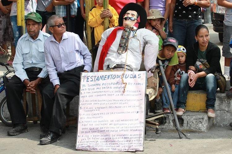 Quema del Judas en la colonia Castañás, zona 11 de la capital el sábado de gloria. (Foto: Hemeroteca PL)