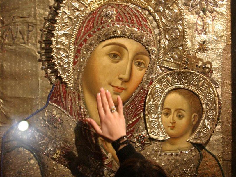 Ícono de la Virgen María con el Niño Jesús en la Iglesia de la Natividad en Belén. (Foto: AFP)