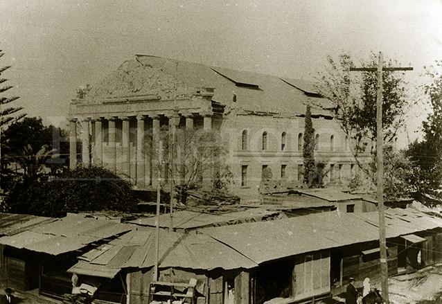 """Vista del desaparecido Teatro Colón, el cual fue seriamente afectado por el terremoto, a su alrededor las """"tembloreras"""" o champas provisionales. (Foto: Hemeroteca PL)"""