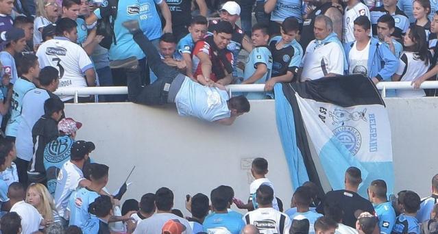 Emanuel Balbo, aficionado de Belgrano de Córdoba del futbol argentino fue lanzado desde una tribuna y su estado de salud es grave. (Foto Prensa Libre: Twitter).