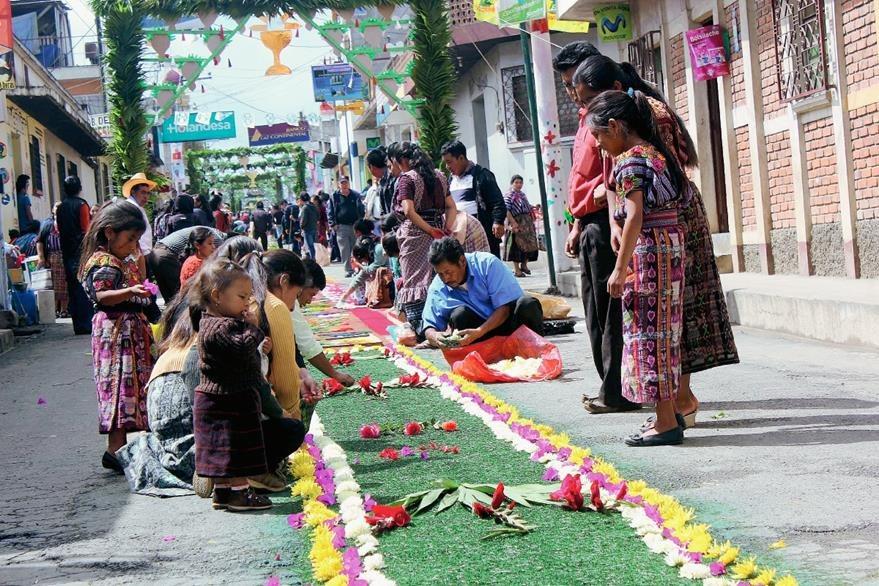 Cientos de  católicos participaron en las actividades del Corpus Christi, en Patzún, Chimaltenango. (Foto Prensa Libre: José Rosales)