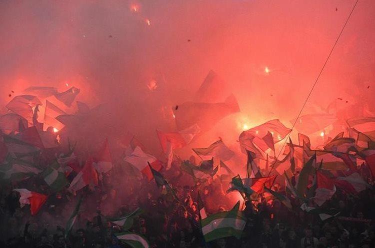 Aficionados del Feyenoord asistieron al estadio en Róterdam, para presenciar el partido del Grupo F de la Liga de Campeones.