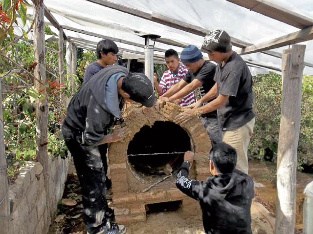 Jóvenes de la Comunidad San Pablo, Tacaná, San Marcos construyen  un horno artesanal con productos locales. (Foto Prensa Libre: Cortesía)