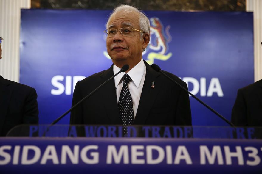 Najib Razak, primer ministro de Malasia durante la conferencia de prensa en donde confirmó que la parte de avión hallada en una isla francesa pertenecen al vuelo MH370. (Foto Prensa Libre: AP).
