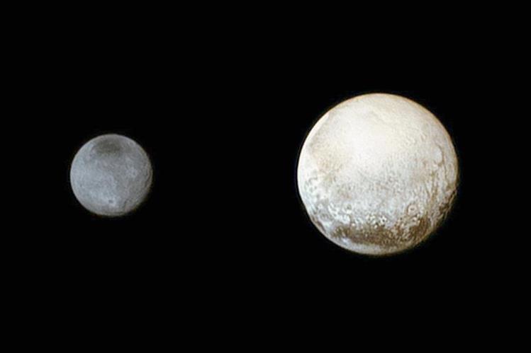 imagen de Plutón (dcha) y Charon, la más grandes las cinco lunas de plutón captada por la sonda espacial estadounidense New Horizons.(Foto Prensa Libre:EFE).